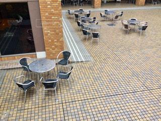 建物の前に座っている椅子の写真・画像素材[2302035]