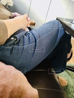 ソファに座っている男の写真・画像素材[4062756]