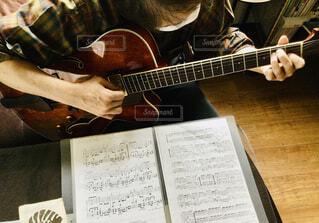 ギター弾き語りの写真・画像素材[4343077]