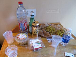 海外旅行のホテルでスーパーで買ったものを食べるの写真・画像素材[1573261]