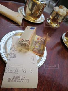 フランスのカフェでの支払いの写真・画像素材[1573273]