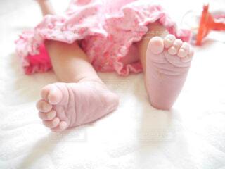 生まれたばかりの赤ちゃんの足の写真・画像素材[2127358]