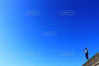 空を飛んでいる男の写真・画像素材[4123159]