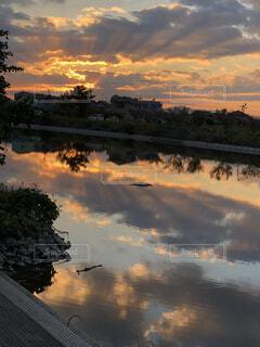 水の体に沈む夕日の写真・画像素材[1590886]