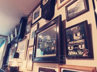 部屋の真ん中に時計の写真・画像素材[1590900]