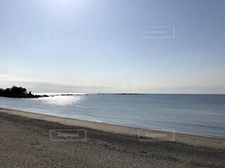 水の体の横にある砂浜のビーチの写真・画像素材[1600332]