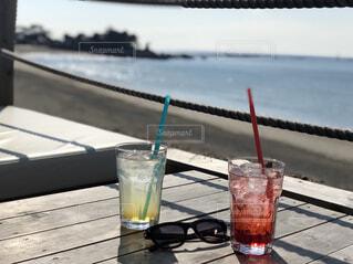 テーブルの上に水のガラスの写真・画像素材[1600468]