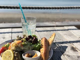 食品や水のカップのプレートの写真・画像素材[1600482]