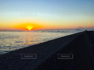 水の体に沈む夕日の写真・画像素材[1606521]
