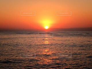 水の体に沈む夕日の写真・画像素材[1607092]