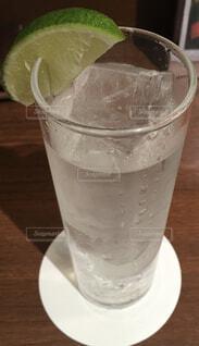 コーヒーやビール、テーブルの上のガラスのカップの写真・画像素材[1628856]