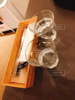 木製テーブルの上に座っているグラスワインの写真・画像素材[1600445]