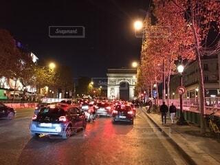シャンゼリゼ大通りと凱旋門の夜景の写真・画像素材[1597887]