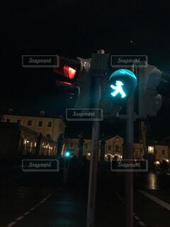 夜の青信号の写真・画像素材[1663351]