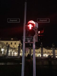 一時停止の夜間信号機の写真・画像素材[1663353]