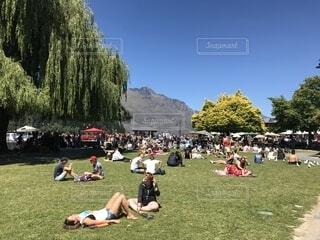 公園で日光浴の写真・画像素材[1760979]