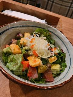 マグロとアボカドのサラダ丼の写真・画像素材[1580114]