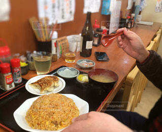 炒飯を食べている男性の写真・画像素材[1586281]
