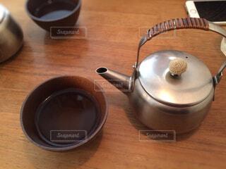木製のテーブルの上に座ってコーヒー カップの写真・画像素材[1587227]