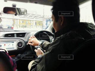 運転する男性の写真・画像素材[1592598]