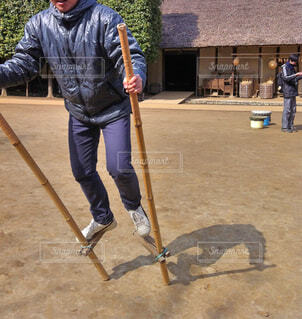 竹馬で歩く男性の写真・画像素材[1593691]