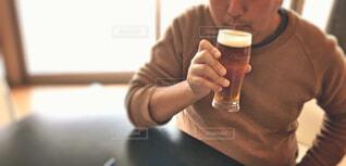 昼間に飲む人の写真・画像素材[1644045]