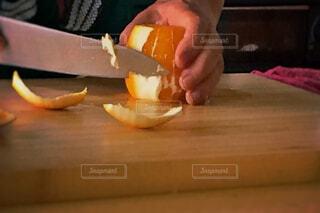 オレンジを切る人の写真・画像素材[1649975]
