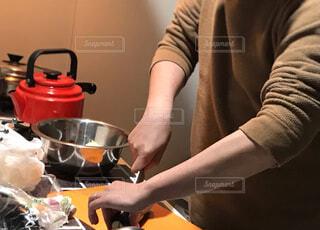 野菜を切る男性の写真・画像素材[1995305]