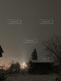 背景の木と家雪の写真・画像素材[1661251]