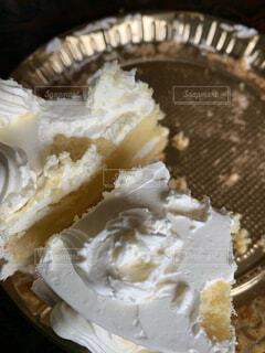 ケーキと皿の上の生クリームの写真・画像素材[1689665]