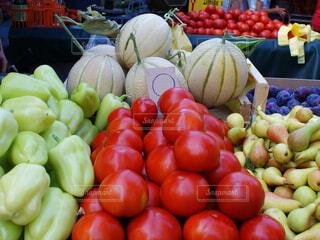 様々 な新鮮な果物や野菜の展示の写真・画像素材[1585475]