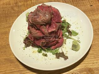 肉と野菜をトッピング白プレートの写真・画像素材[1586615]
