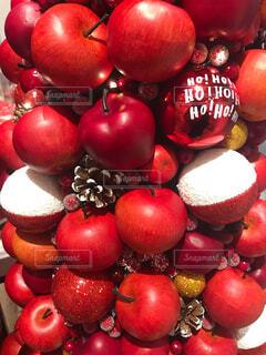 赤いリンゴのツリーの写真・画像素材[1589790]