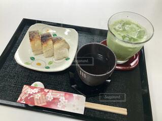 さば寿司と抹茶ラテの写真・画像素材[1621969]