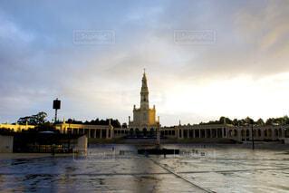 早朝のファティマ大聖堂の写真・画像素材[1637106]