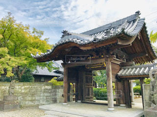 初秋の山門の写真・画像素材[1599624]