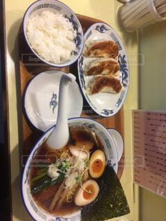 テーブルの上の食べ物の皿の写真・画像素材[2266761]