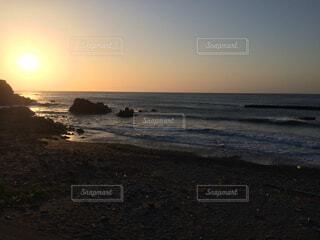 海から上がる日の出の瞬間の写真・画像素材[2310236]