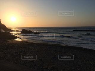 海に隣接するビーチの朝日の写真・画像素材[2310238]
