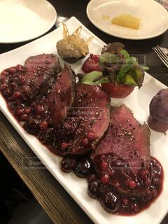 テーブルの上に食べ物の種類トッピング白プレートの写真・画像素材[1656546]