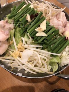 テーブルの上に食べ物のプレートの写真・画像素材[1656547]