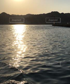 夕陽に輝く海の写真・画像素材[1589402]