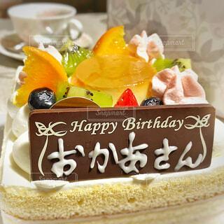 テーブルの上の誕生日ケーキとプレート(ハッピーバースデーおかあさん)の写真・画像素材[3184699]