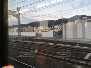 鋼のトラックに大きな長い列車の写真・画像素材[1595164]