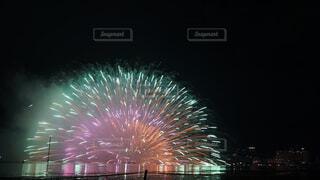 水面に花火の写真・画像素材[1590027]