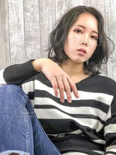 ベッドの上に座っているイ ・ シヨンの写真・画像素材[1585299]