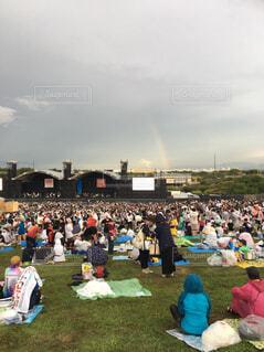 フェス中に降り出した雷雨の後の虹の写真・画像素材[1585676]