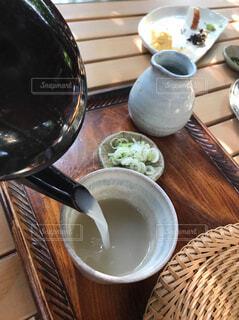 木製のテーブルの上に座ってコーヒー カップの写真・画像素材[1617925]