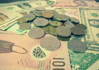 いろんな国のコインとお札の写真・画像素材[1590694]