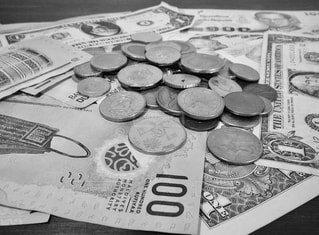 いろんな国のコインとお札の写真・画像素材[1590697]